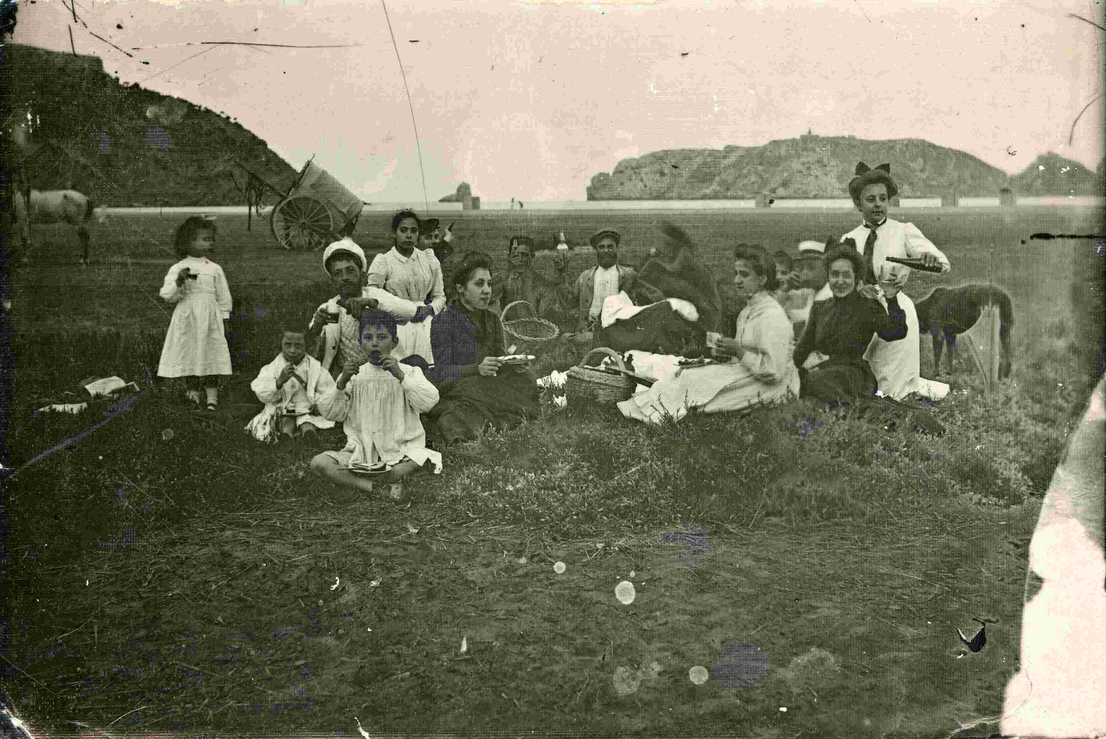 La familia Mascort Galibern, y algunos amigos y conocidos, en la playa de l'Estartit