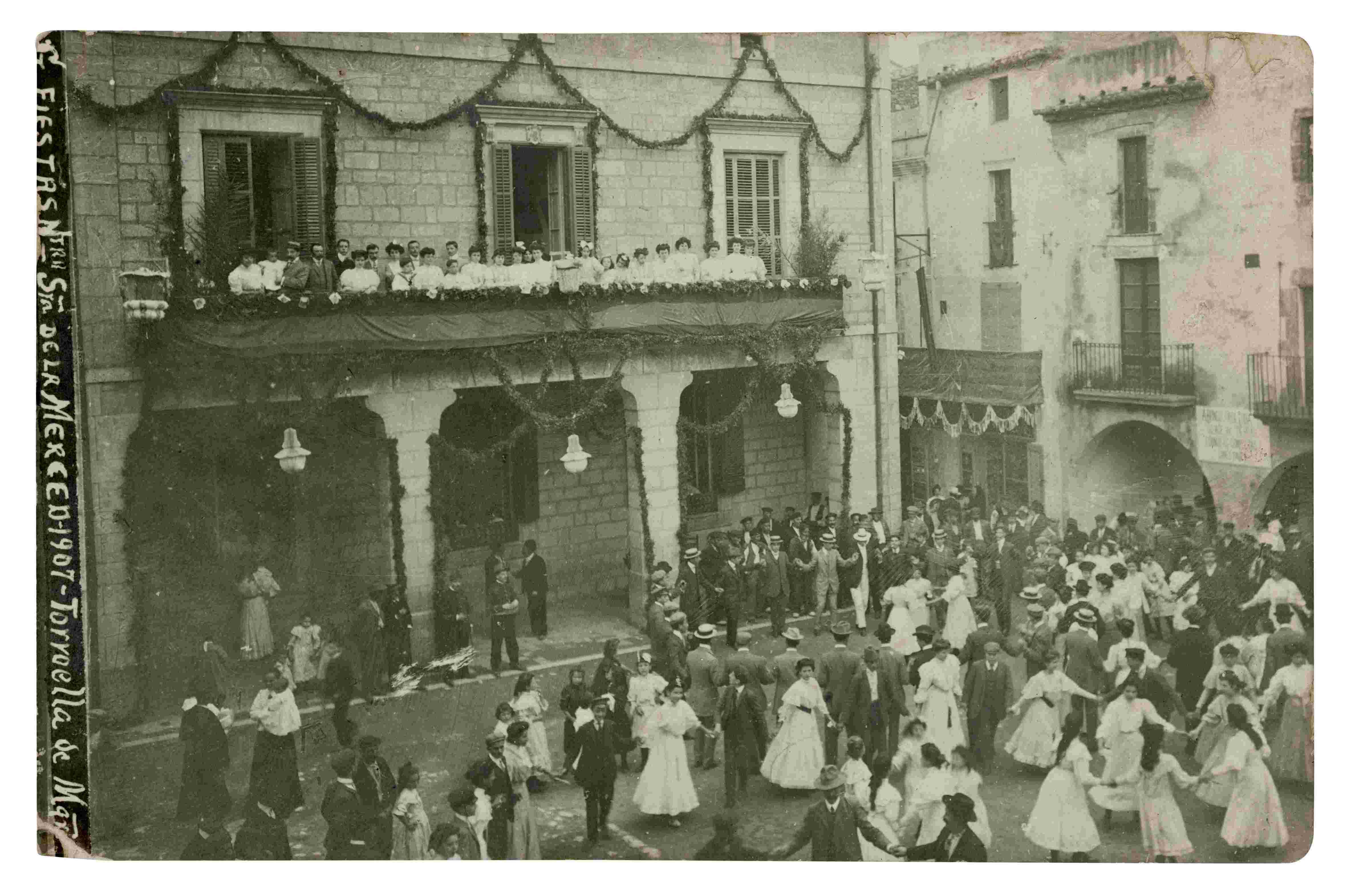 Las fiestas de la Mercè en la plaza de la Vila con los balcones adornados