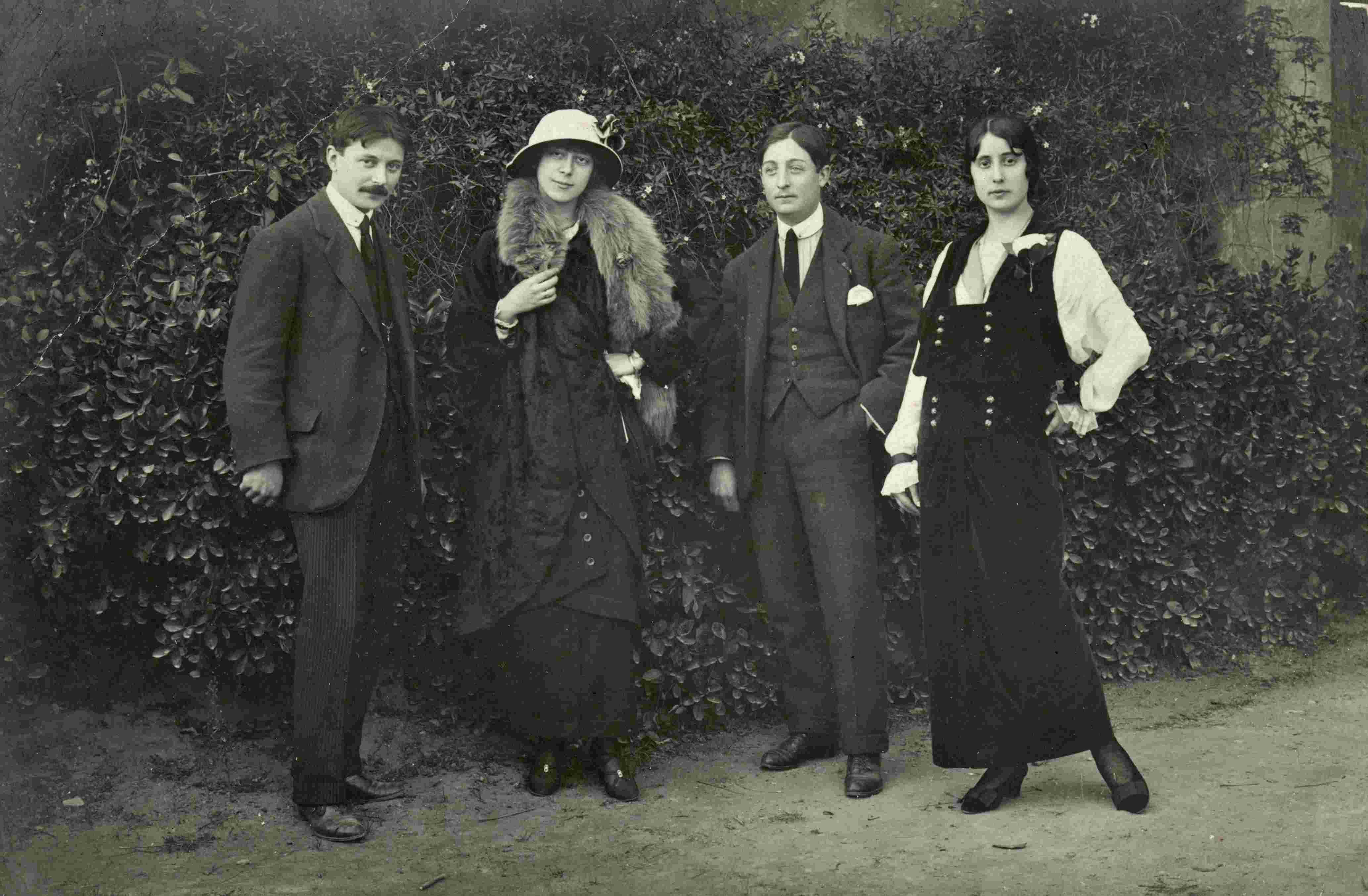 José María Mascort Galibern, a la izquierda, seguido de Dolores (Lola) Sanz Selma y a los hermanos Alfonso y Clara (Clarita) Mercader Galibern