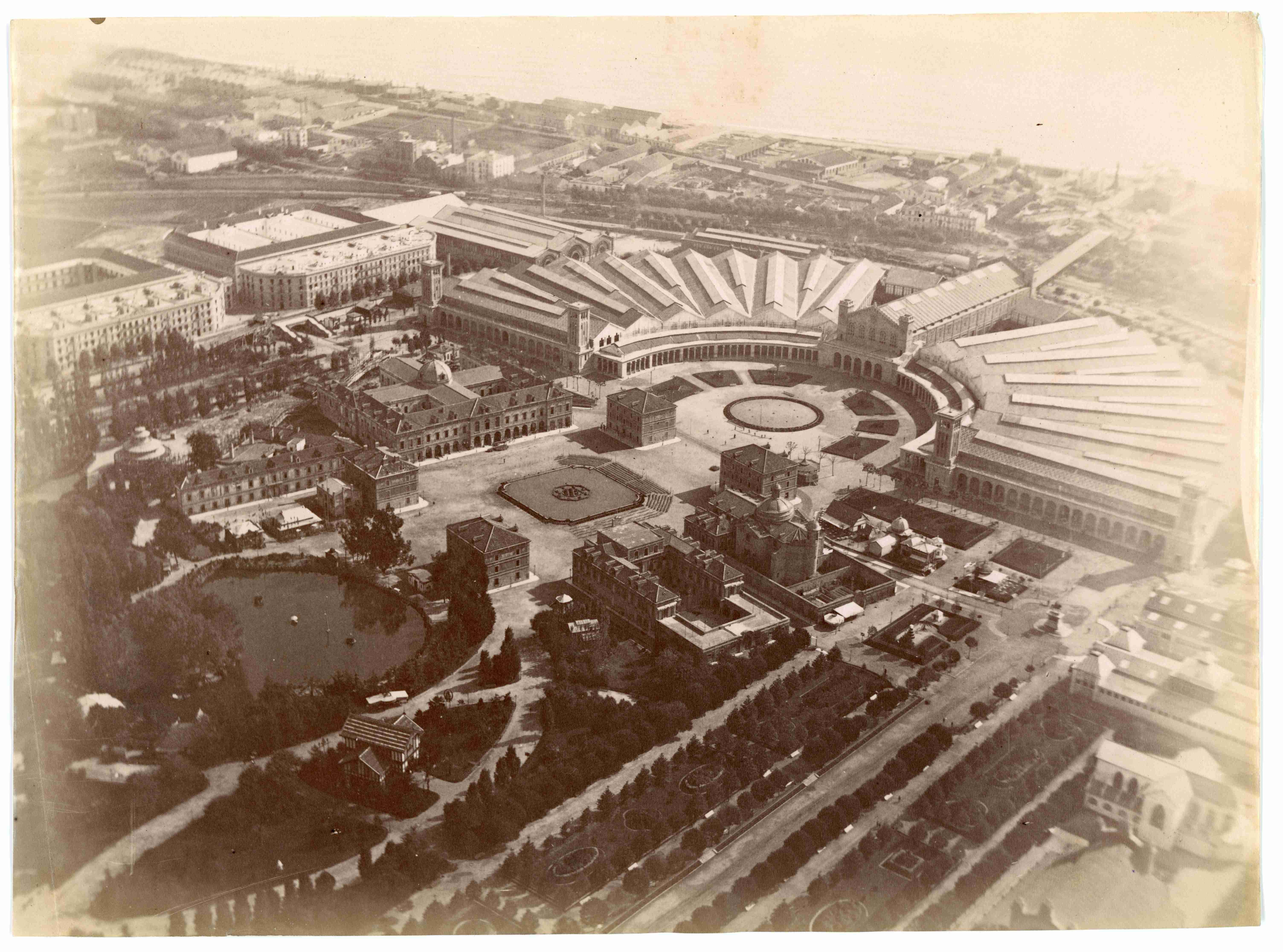 Vista aérea de la Exposición Universal de Barcelona de 1888 desde el globo El Cautivo
